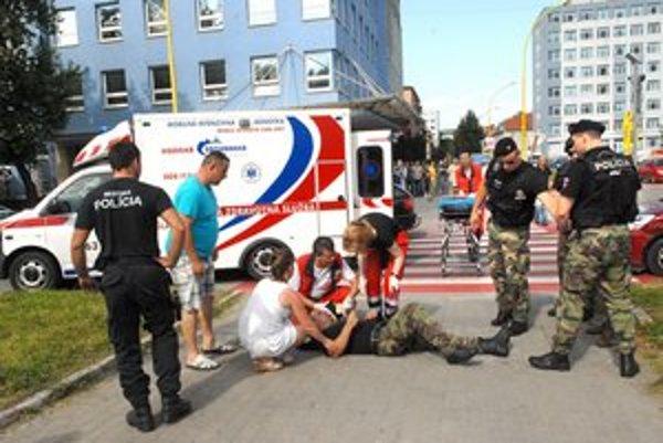 Zranený policajt. Sťažoval sa na bolesti v nohe.