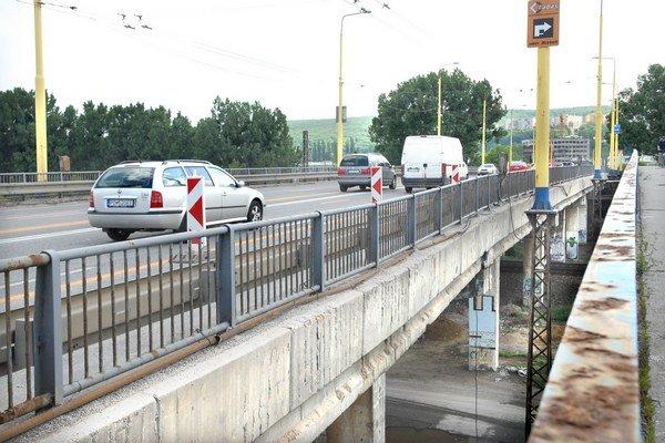 Poškodený most čaká oprava. Košičania sa pýtajú, dokedy tam budú jazdiť v úzkych pruhoch.