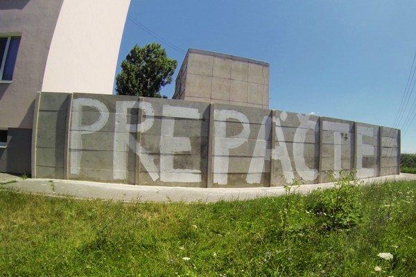 Ospravedlnenie na plote. Rovnaké niekto v roku 2010 napísal na múr v Ostrovanoch.