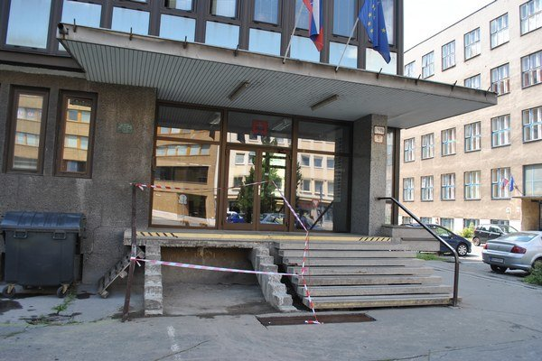 Vstup do budovy košickej prokuratúry. Kým schody doplnia, nebezpečný priestor ohradili.