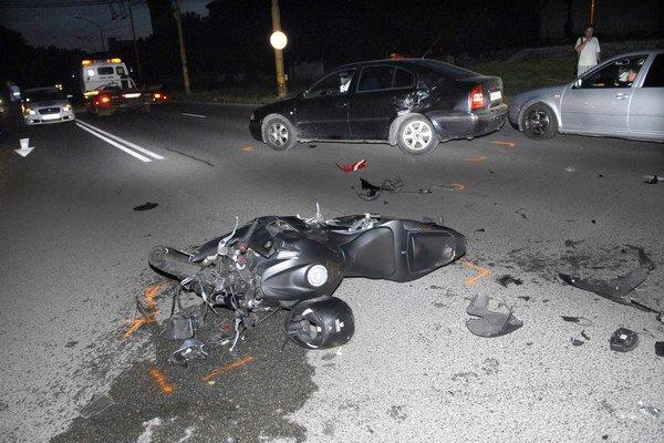Po nehode. Motorkárovi zrejme zachránila život prilba.
