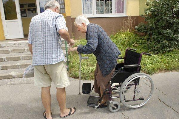 Imobilní dôchodcovia. Terasa pre nich kúpila zdravotné pomôcky.