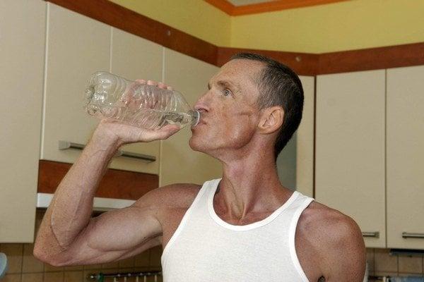 Pil iba destilovanú vodu. Denne 3 až 4 litre.