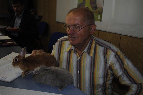 Oranžový Rex a zdrobnený králik Levík. Predstavuje ich riaditeľ výstavy Ján Škodroň.