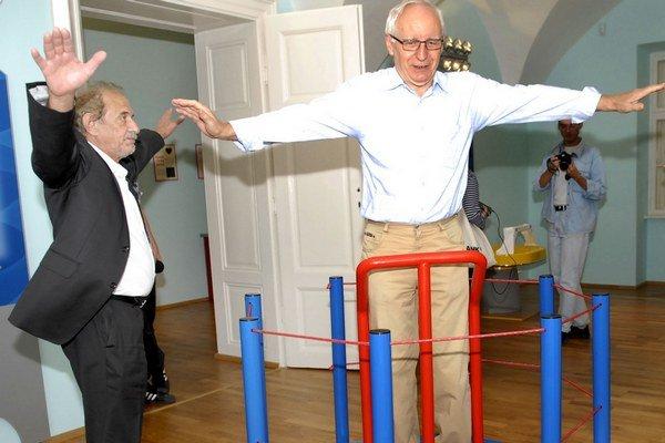 Rotačný kruh. Názornú ukážku poskytol osobne aj riaditeľ E. Labanič (vľavo).