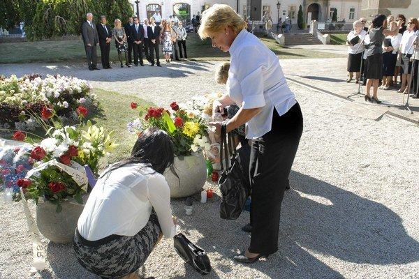 Deň kvetov. Pani Marte Karasovej (vpravo) zobrala tragédia milovaného manžela.
