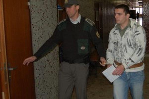 Útočník z taxíka v base strávi 14 rokov.