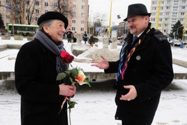 Manželka sochára Eva Mathéová, vpravo umelecký riaditeľ Košice EHMK 2013 Vladimír Beskid, v pozadí súsošie Jána Mathého.