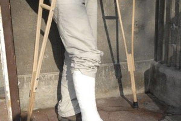 Po páde. Chodí s barlami, zlomil si nohu, len čo si doliečil zlomenú ruku.
