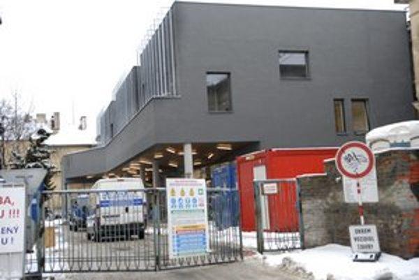 Posluchárne aj rakúska knižnica. V polovici roka by mal byť pavilón otvorený.