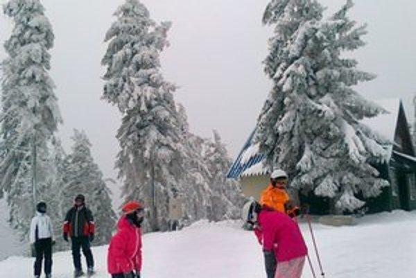Skipark Erika. Pod Kojšovskou hoľou je momentálne toľko snehu ako v Lomnickom sedle.