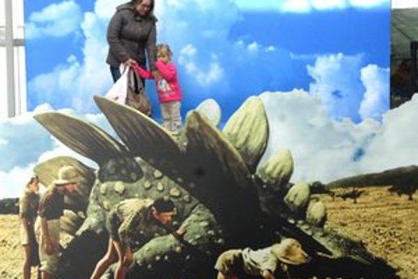 """Cesta do praveku. Postáť si na """"chrbte"""" stegosaura sa dá až do 19. marca."""