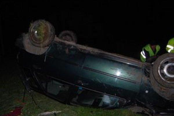 Smrtiaci Fiat Tipo. Po kolízii skončil na streche.