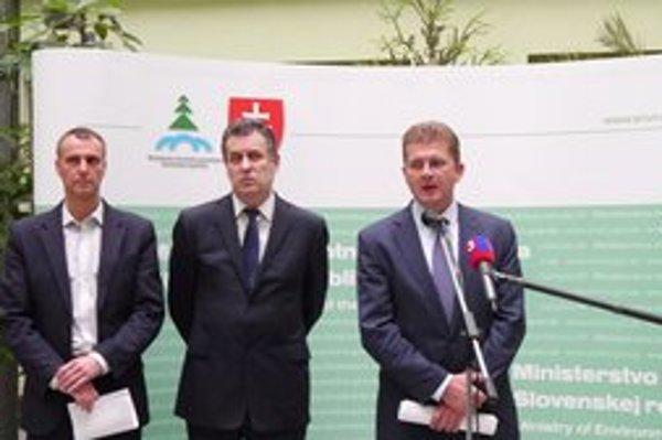 Po rokovaniach. Primátor R. Raši, predseda ZMOS J. Dvonč a minister P. Žiga.