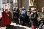 Kvetná nedeľa. Ratolesti posvätil veriacim košický arcibiskup Mons. Bernard Bober.