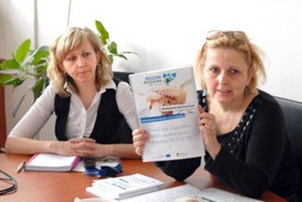 Projekt REGSOM. Odborná koordinátorka T. Verešová (vľavo) tvrdí, že rómsky jazyk nepatrí k najľahším.