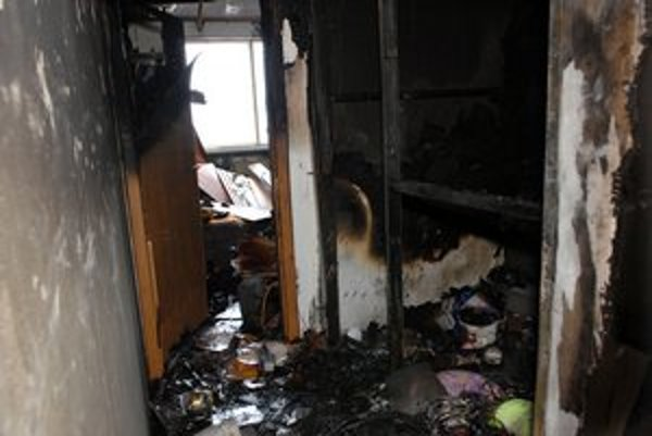 Spúšť po uhasení. Zhorelo jadro bytu.