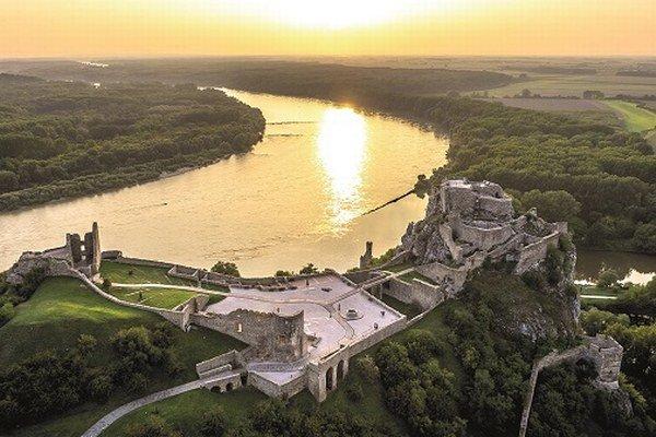Pohľad na hrad Devín z vtáčej perspektívy.