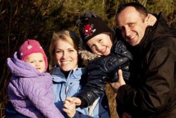 Šťastná rodinka. Ondrej Kandráč má tolerantnú manželku a šikovné deti, čo viac si môže priať.