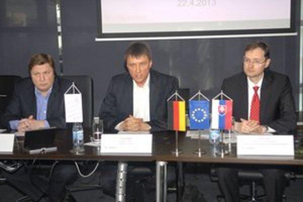 Študentom sa (už) oplatí učiť. Zdenko Trebuľa, Thomas Bogdain a Guido Glania zo Slovensko-nemeckej obchodnej a priemyselnej komory vysvetľujú výhody duálneho vzdelávania.