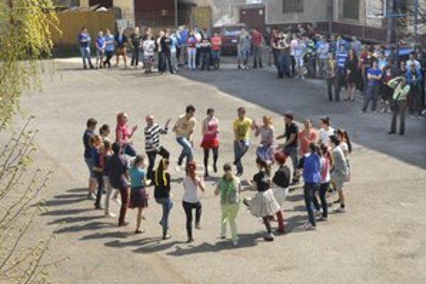 Karička sa tancuje v typickom kruhu. Študenti SPŠ Dopravnej trénujú dva týždne, zatiaľ im nepripadá ani veľmi náročná.