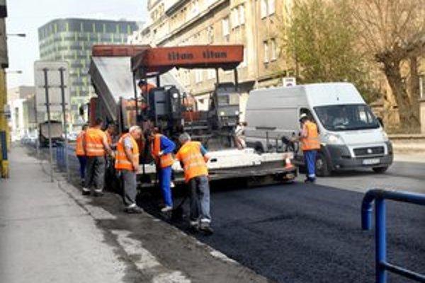 Palackého. Prioritne opravujú trasy mestskej hromadnej dopravy.