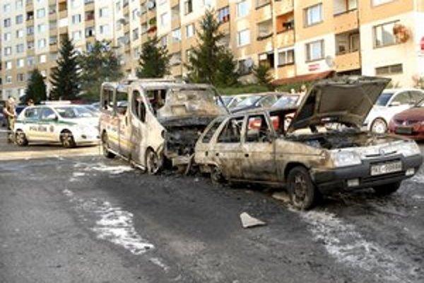 Požiar na Hemerkovej. Zhoreli dve autá, poškodených bolo ďalších deväť.