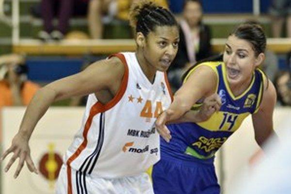 Rozhodnutie nepadlo. Ružomberská hráčka Nadia Parkerová (vľavo) a košická hráčka Tijana Krivačevičová vo štvrtom zápase finále play-off extraligy basketbalistiek MBK Ružomberok - Good Angels Košice.