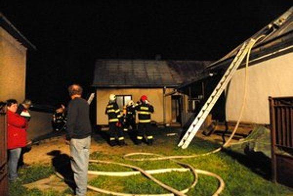 Zásah hasičov. K domu prišla aj sestra oboch bratov, nechápala, čo sa stalo.