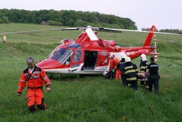 Záchranári. Pomáhali zranenému.
