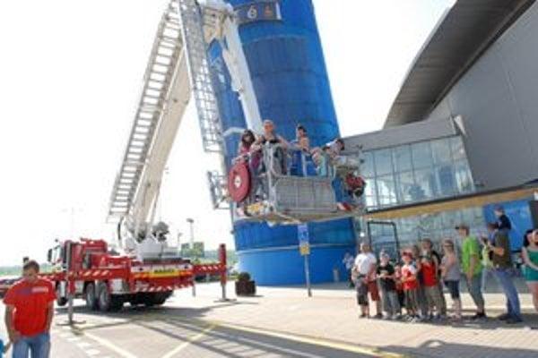 Veľká atrakcia. Ľudí lákala možnosť vyskúšať si hasičskú plošinu.