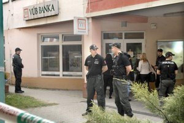 Po prepade. Policajti priestor obkolesili, zaisťovali stopy.