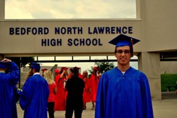 Jakub oblečený ako typický americký maturant.