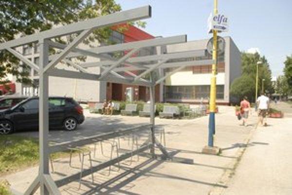Stojany. Parkovanie na bicykle nespĺňa predstavy študentov.