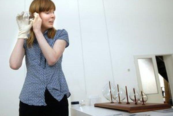 Dawn Scarfe pri svojej inštalácii Listenning glasses. Ktokoľvek si môže vyskúšať ako sa v okolitom hluku zrodí čistý tón
