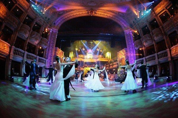Slávnostný valčík počas 14. Plesu v opere.
