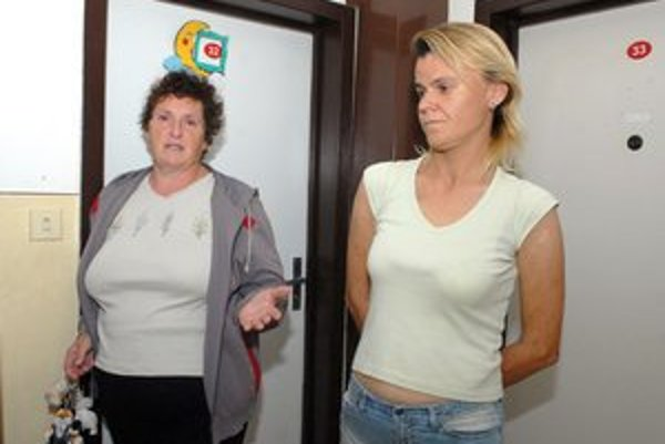 Kam pôjdeme? Pýtajú sa klientky strediska. Vľavo Mária Čižmáriková so susedou Martinou.