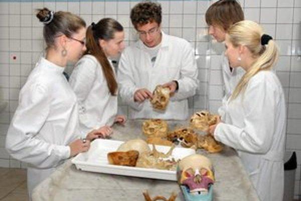 Študenti. Reálne telá naučia viac ako učebnica anatómie.