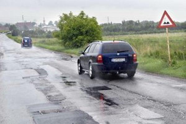 Deravé cesty. KSK chce na ich opravy viac peňazí z cestnej dane.