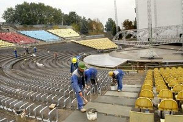 Projekt frčí. V amfiteátri chystajú pre divákov nové sedenie. Pamätáte sa na drevené lavičky?