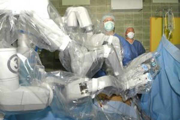 Robot je kvôli sterilite počas operácie zakrytý ochrannou fóliou.