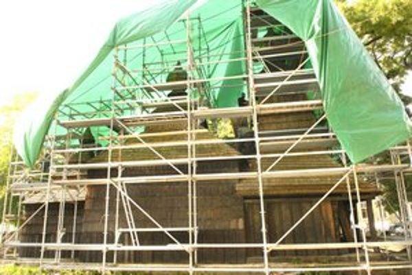 Kostol sv. Mikuláša začína nadobúdať celkom iný vzhľad, karbolín ide dolu.