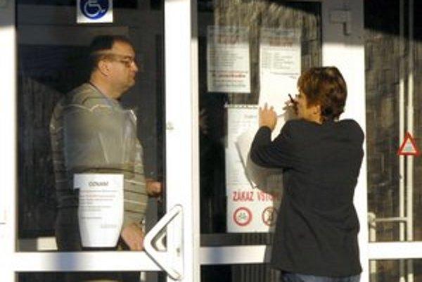 Oznam o zmene organizácie na úrade. Ráno ho na vchod vylepovali zamestnanci úradu.