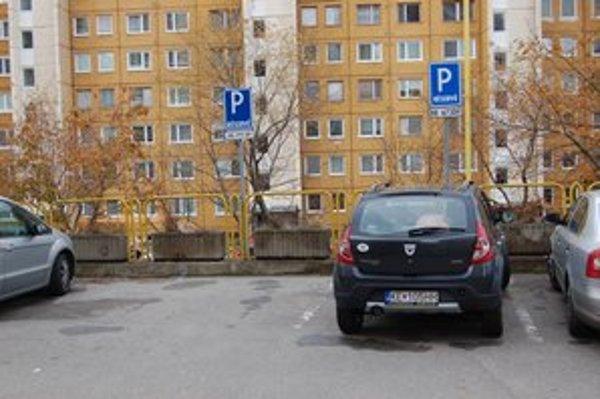 Vyhradené parkovanie. Nedostatok parkovacích miest si bohatší Košičania riešia vlastným miestom.