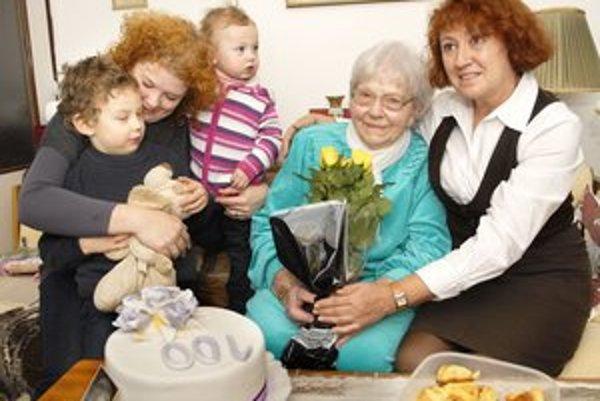 S nevestou, vnučkou a pravnúčatkami. Babke robia radosť už len svojou prítomnosťou.
