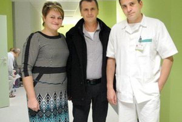 Manželia. Erika verila, že Pavol bude zdravý. Na fotke so zástupcom kliniky Adriánom Kolesárom.