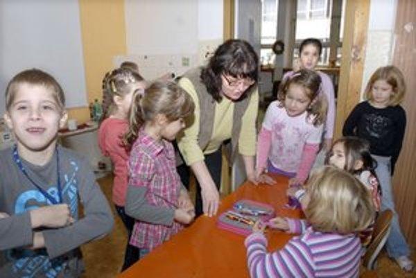 Prváci opäť v škole. Učiteľka Alena Opltová učí takmer tri desaťročia.