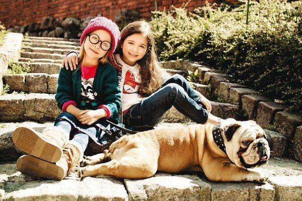 Pes je miláčik, člen rodiny, na prechádzke s ním jednoznačne víťazí variant športovej street módy.
