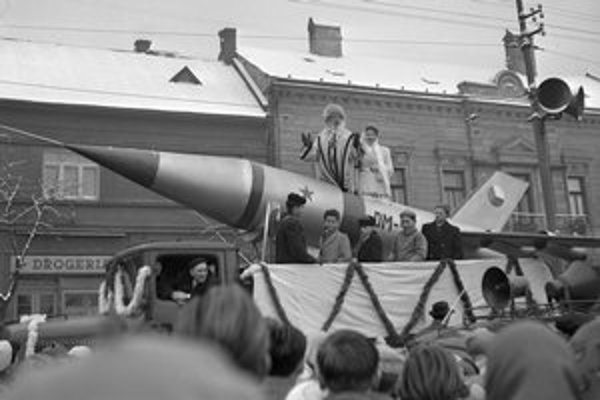 Na archívnej snímke z 20. decembra 1959 tisícky detí vítajú Deda Mráza a jeho sprievod na sovietskej rakete v uliciach Košíc.