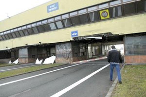 Vstupná brána na Slovensko. Jediným pozitívom sú vypratané bývalé kancelárie colníkov.